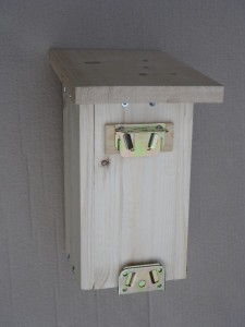 Nest box with fastening clips