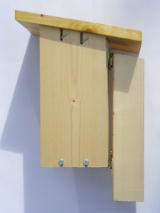 Nest box with thick support pole